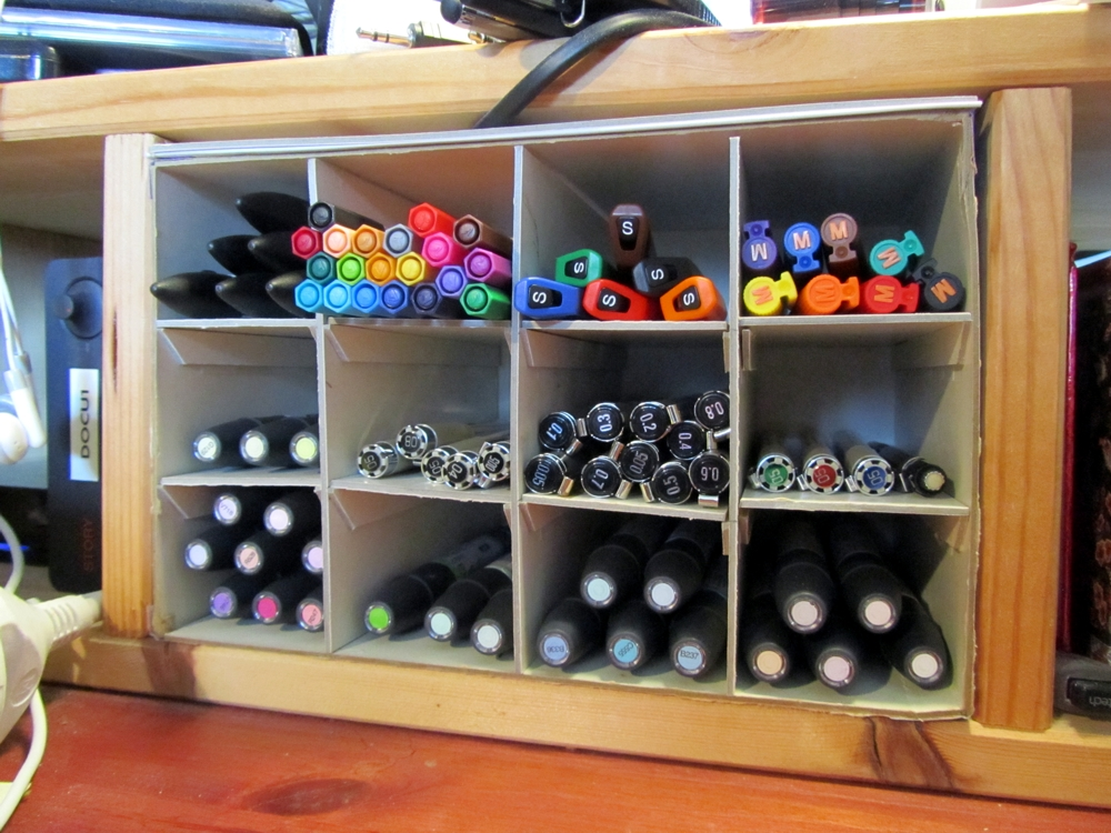 20130502-1403b - Daslook - Eerste prototype van pennenbakje gevuld met pennen op mijn bureau (verkleind)